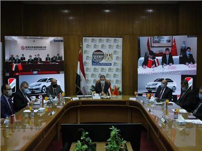 وزير قطاع الأعمال العام يشهد توقيع اتفاقية تصنيع السيارة «نصر» الكهربائية