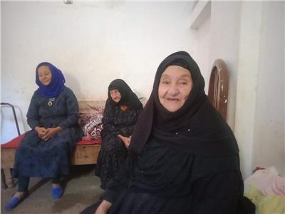 حكايات| أقدم «داية» في المنيا.. «لحظات رعب بين أقدام السيدات»