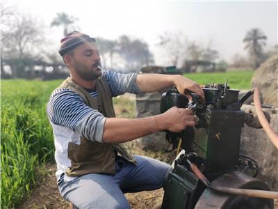 حكايات| صديق ماكينات الري.. الأسطى عبدالقادر «فنان» المفكات والمفاتيح