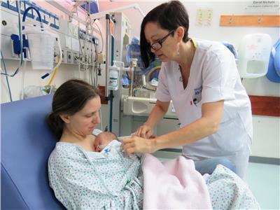 طريقة «الكنغر» تخفض معدلات وفيات الأطفال المبسترين بنسبة تصل لـ٥١٪