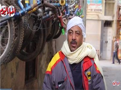 الأسطى كرم ملك الجنزير.. مهنة «العجلاتي» بتنقرض أمام الموتسيكل  فيديو