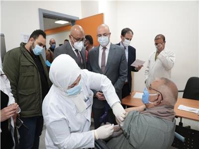 تطعيمات كورونا بالمحافظات.. إسعاف لنقل المرضى ومتابعة الحالة عقب التطعيم