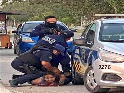 بنفس طريقة جورج فلويد.. مقتل سيدة بالمكسيك على يد الشرطة | فيديو