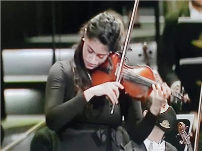 سلمى عازفة الكمان تكشف سر تألقها في حفل المومياوات الملكية.. فيديو