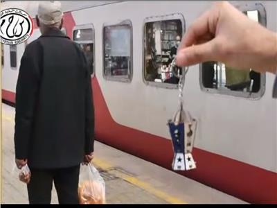 «السكة الحديد» توزع فوانيس رمضان على ركاب القطارات | فيديو