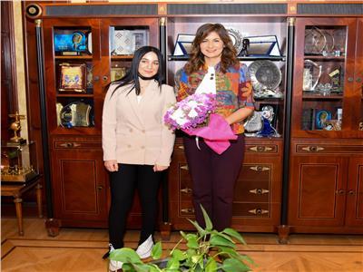 وزيرة الهجرة تستقبل فتاة مصرية بعد حل أزمة توقفها بأحد المطارات