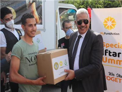 رئيس جامعة الأزهر يوزع الهداياالرمضانيةلطلاب العلم