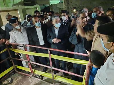 محافظ المنيا يتابع تداعيات حادث سقوط عمال بغرفة الصرف الصحي