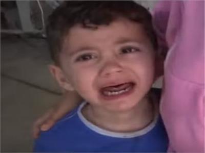 صراخ طفل بعد قتل أخيه خلال القصف الإسرائيلي في غزة.. فيديو
