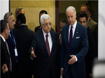 «بايدن» يؤكد لمحمود عباس ضرورة «التهدئة» و«خفض العنف»