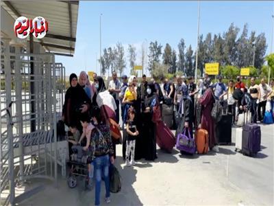 صور وفيديو | الفلسطينيون يتوافدون على معبر رفح لدخول الأراضي المصرية