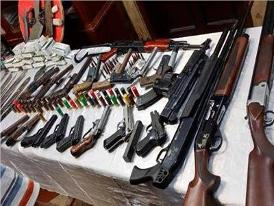 ضبط 5 أسلحة نارية ومخدرات بحوزة 6 متهمين في أسوان