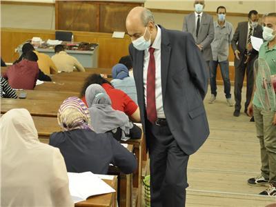 رئيس جامعة المنيا يزور لجان الطب البيطري