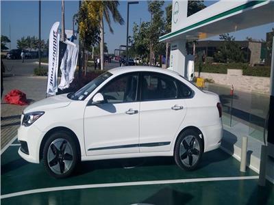 وزير قطاع الأعمال يطلق 12 سيارة كهربائية للتجربة في مصر | صور