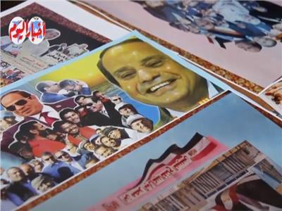 احتفالا بمرور 7 سنوات.. «عم حنفي» يجمع 30 لوحة فنية لانجازات الرئيس السيسي   فيديو