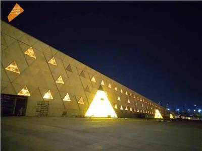 شاهد المتحف المصري الكبير بالإضاءة الليلية