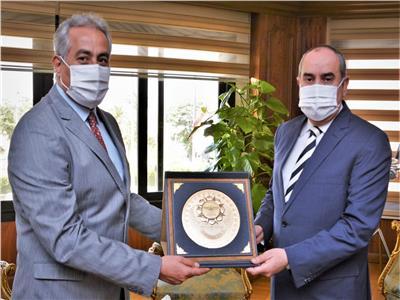 وزير الطيران يهنئ حسن شحاته لتوليه «الأمين العام لاتحاد نقابات عمال مصر»