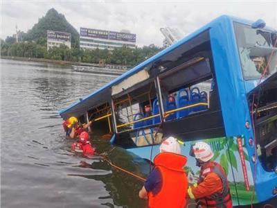 شاهد  غرق حافلة بسبب الامطار في احد المدن الروسية