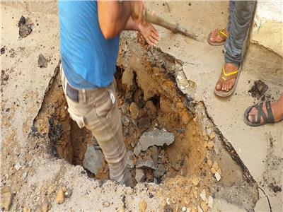 كسر ماسورة مياه.. إصلاح هبوط أرضي في أبو قير بالإسكندرية| صور