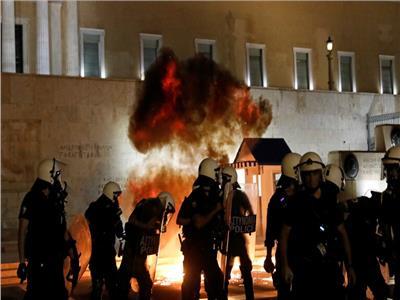 اليونان.. اشتباكات بين الشرطة ومتظاهرين يطالبون بإلزامية تلقي لقاح كورونا