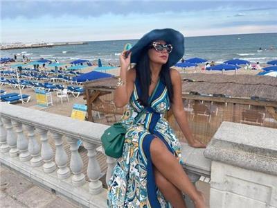 رانيا يوسف تستعرض أناقتها في صورة جديدة من إسبانيا