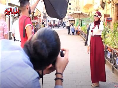 بعضها مقابل «الضحكة الحلوة».. شاب يتحدى البطالة بالكاميرا  فيديو