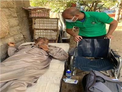 «التضامن» تنقذ مسنا يفترش الشارع في حلوان