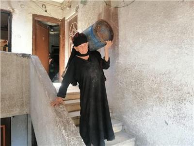 حكايات| عمرها 64 عاما.. «أم سعيد» تعمل في مجال «حمل الأنابيب»