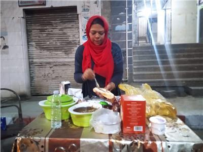 حكايات  «المعلمة شوشو».. طالبة ماجستير تبيع الساندوتشات في شوارع قنا