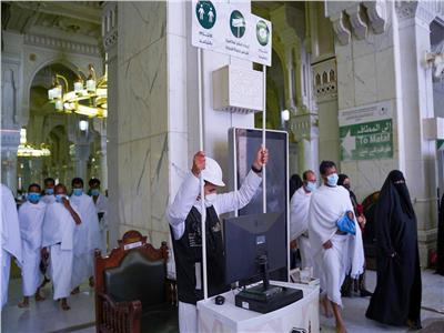 بالصور.. رفع الكاميرات الحرارية من أبواب المسجد الحرام
