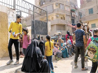 الأهالى ينتظرون أبناءهم بـ«التسالى» أمام المدارس «الحكومية»