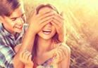 أهمها النظرات والمفاجآت والغيرة.. 10 علامات تكشف غرام الرجل