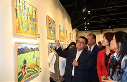 «خالد جلال» يفتتح معرض ألوان قصص بالهناجر