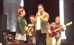 فيديو..قبلة من «أصالة» لـ«عمرو دياب» على أحد مسارح دبي