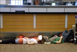 النوم في المطارات.. رحلة جوية واستراحة «أرضية».. «صور»