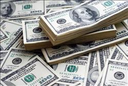 الدولار الأمريكي يحافظ على استقراره مقابل العملات العالمية الرئيسية