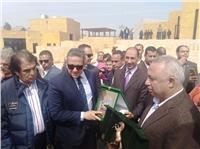 محافظ الشرقية يهدي وزير الآثار «درع المحافظة»