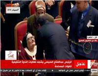 السيسي يحرص على مصافحة زوجة «شهيد أكتوبر»