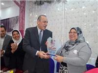 أولياء أمور يكرمون مدير التعليم بالقاهرة ومديرة إدارة المعادي