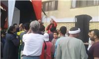 شحته كاريكا يحتفل مع الناخبين أمام المقار الانتخابية بالمطرية