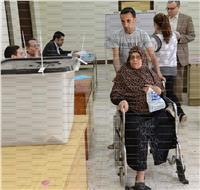 مصر تنتخب|عجوز تغادر المستشفى على كرسي متحرك لتدلي بصوتها