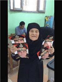 مصر تنتخب|  عجوز تحتفظ بصور السيسي منذ ٤ سنوات