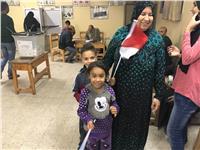 مصر تنتخب| رئيس لجنة بالإسماعيلية يوزع الأعلام والحلوي علي الناخبين
