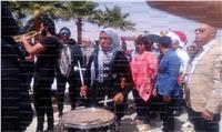 صور| وزيرة الثقافة تتقدم مسيرة السلام بمهرجان شرم الشيخ للمسرح الشبابي