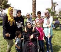 صور| عجوز تحتفل بشم النسيم «على كرسي متحرك»: جاية اتفسح على الكورنيش