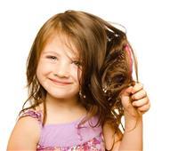 شعر طفلك جاف في الصيف.. لهذه الأسباب