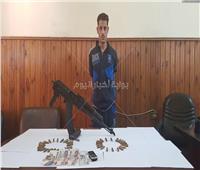 ضبط هارب من 4 أحكام جنائية بحوزته بندقية في المحلة