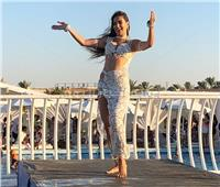 صور| جوهرة تبدع برقصاتها المختلفة في «سكاى بول مارينا»