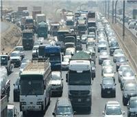 توقف حركة المرور أعلى الأوتوستراد بسبب حادث تصادم بين سيارتين