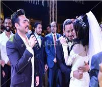 صور| تامر حسني يُغني لـ«مصطفى وزينة» في زفافهما
